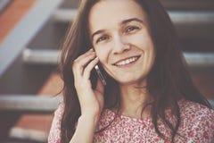 Девушка вызывая говорить телефона стоковое изображение rf