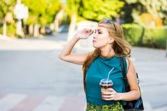 Девушка вызывая такси на улице Стоковая Фотография