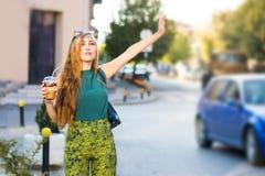 Девушка вызывая такси на улице Стоковое Изображение