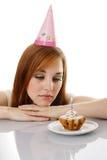 Девушка выкрика с именниным пирогом Стоковая Фотография RF