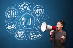 Девушка выкрикивая в мегафон и нарисованные рукой пузыри речи приходят o Стоковое Изображение RF