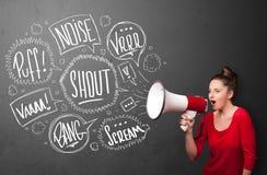 Девушка выкрикивая в мегафон и нарисованные рукой пузыри речи приходят o Стоковая Фотография