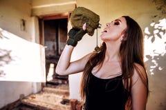 Девушка выпивает воду от воинской склянки стоковые фотографии rf