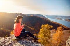 Девушка выпивает чай na górze горы Стоковые Изображения RF
