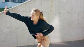 Девушка выполняет современный тазобедренный танец хмеля на улицах сток-видео