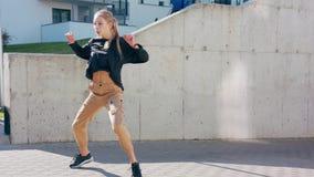 Девушка выполняет современный тазобедренный танец хмеля на улицах акции видеоматериалы