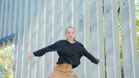Девушка выполняет современный тазобедренный танец хмеля на улицах видеоматериал