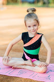 Девушка выполняет гимнастическую тренировку в свежем воздухе Стоковое Фото