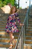 Девушка высоко-накрененная в sundress цвета стоковые фотографии rf