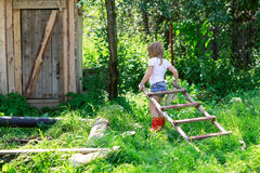 Девушка вытягивает лестницу Стоковые Изображения