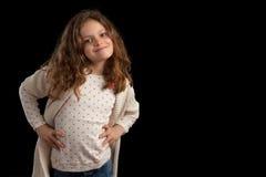 Девушка вьющиеся волосы представляя бедра рук Стоковые Фото