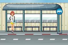 Девушка в автобусной остановке Стоковая Фотография