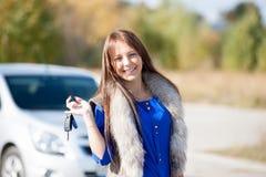 Девушка в автомобиле держа ключи Стоковое Фото