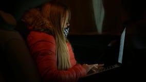 Девушка в автомобиле и работы на компьтер-книжке 4K 30fps ProRes видеоматериал