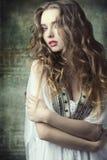 Девушка в античном всходе моды Стоковая Фотография