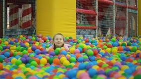 Девушка в бассейне шариков акции видеоматериалы