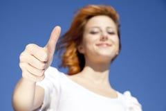 Девушка в белизне которые показывают символ руки v. стоковая фотография