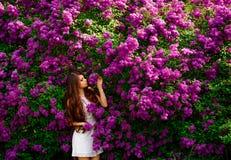 Девушка в белом платье весной Стоковые Фотографии RF