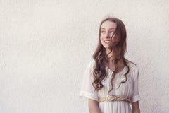 Девушка в белом платье стоковые фотографии rf
