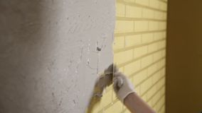 Девушка в белых перчатках кладет стену перед ремонтом Шпатель, гипсолит Ровные стены сток-видео