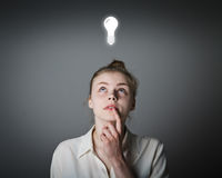 Девушка в белизне и электрической лампочке Стоковое Изображение