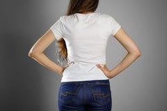 Девушка в белой футболке и голубых джинсах Подготавливайте для вашей конструкции clo Стоковое фото RF