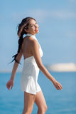 Девушка в белом платье идя вдоль seashore Стоковое фото RF