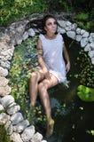 Девушка в белом платье на пруде Стоковое Изображение