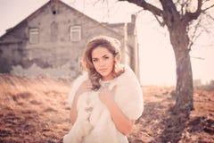Девушка в белом платье Невеста в парке Фото в типе год сбора винограда тайна стоковое изображение