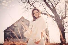 Девушка в белом платье Невеста в парке Фото в типе год сбора винограда тайна стоковые изображения rf