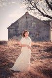 Девушка в белом платье Невеста в парке Фото в типе год сбора винограда тайна стоковые фотографии rf