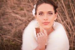 Девушка в белом платье Невеста в парке Фото в типе год сбора винограда тайна стоковые фото