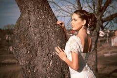 Девушка в белом платье Невеста в парке Фото в типе год сбора винограда тайна стоковая фотография