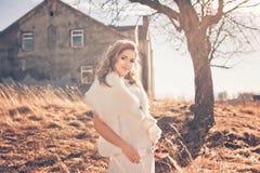 Девушка в белом платье Невеста в парке Фото в типе год сбора винограда тайна стоковое изображение rf