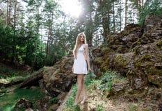 Девушка в белом платье около гор Стоковое фото RF