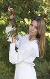 Девушка в белом платье продырявливая зола Стоковые Изображения