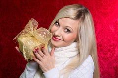 Девушка в белом свитере с смычком подарка с перевязанный смотреть Стоковые Фото