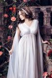 Девушка в белых одеждах освобождает Стоковые Фото