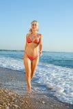 Девушка в бикини на море стоковые фотографии rf