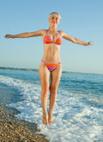 Девушка в бикини на море стоковые изображения rf