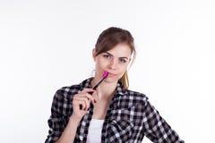 Девушка в ванне с зубами зубной щетки усмехается стоковые фотографии rf