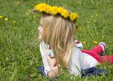 Девушка в венке от усмехаться одуванчиков Стоковая Фотография RF