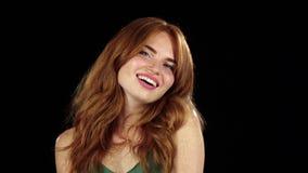 Девушка в веснушке усмехается красивая улыбка Черная предпосылка движение медленное сток-видео