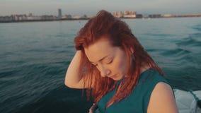Девушка в ветриле платья бирюзы на моторной лодке за валами 2 захода солнца лета сосенки стоящими романтично Ландшафт видеоматериал