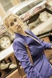 Девушка в взгляде города винтажном Стоковое фото RF