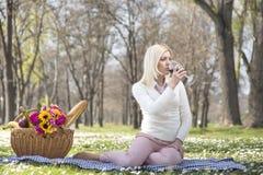 Девушка в вине парка выпивая Стоковая Фотография