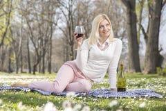 Девушка в вине парка выпивая Стоковая Фотография RF