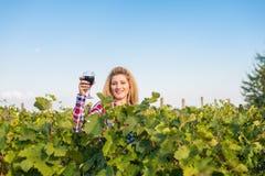 Девушка в винограднике стоковые фото
