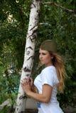 Девушка в воинской крышке гарнизона о березе Стоковые Изображения RF