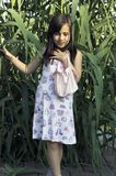 Девушка в высокорослой траве Стоковые Изображения